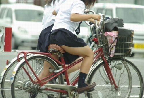 【画像】自転車通学中に強風でパンモロしちゃうミニスカJK達www 35枚 No.14