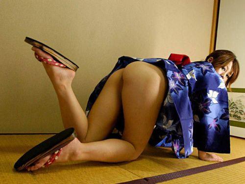 浴衣姿でお尻をポロンと出しちゃってるお姉さんのエロ画像 35枚 No.1