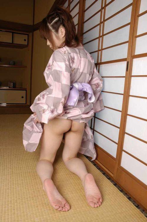 浴衣姿でお尻をポロンと出しちゃってるお姉さんのエロ画像 35枚 No.9