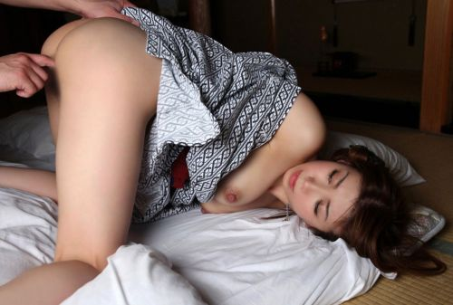 浴衣姿でお尻をポロンと出しちゃってるお姉さんのエロ画像 35枚 No.35