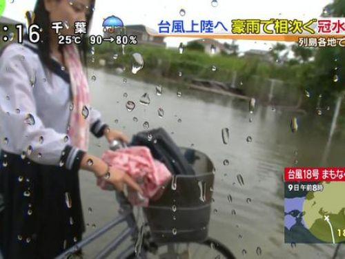 台風中継でずぶ濡れになっている素人JKがエロ過ぎなんだがwww 39枚 No.1