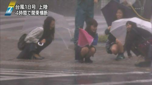 台風中継でずぶ濡れになっている素人JKがエロ過ぎなんだがwww 39枚 No.6