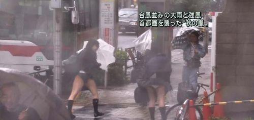 台風中継でずぶ濡れになっている素人JKがエロ過ぎなんだがwww 39枚 No.8