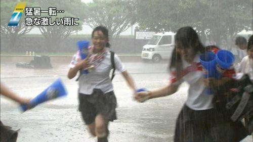 台風中継でずぶ濡れになっている素人JKがエロ過ぎなんだがwww 39枚 No.14