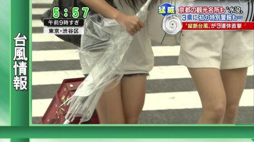 台風中継でずぶ濡れになっている素人JKがエロ過ぎなんだがwww 39枚 No.15