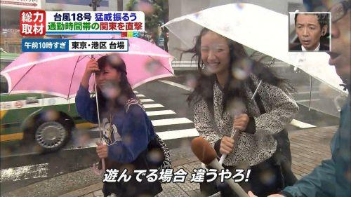 台風中継でずぶ濡れになっている素人JKがエロ過ぎなんだがwww 39枚 No.18
