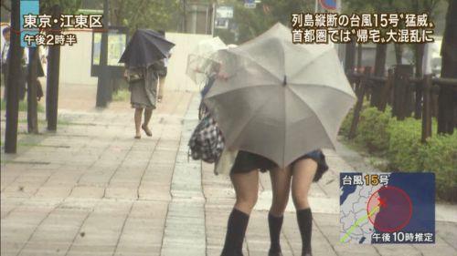 台風中継でずぶ濡れになっている素人JKがエロ過ぎなんだがwww 39枚 No.21