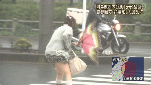 台風中継でずぶ濡れになっている素人JKがエロ過ぎなんだがwww 39枚 No.30