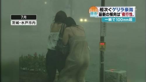 台風中継でずぶ濡れになっている素人JKがエロ過ぎなんだがwww 39枚 No.37