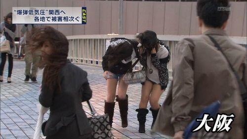 台風中継でずぶ濡れになっている素人JKがエロ過ぎなんだがwww 39枚 No.39