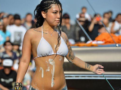 【画像】外国人が水着姿で洗車している姿がセクシー過ぎるwww 45枚 No.1