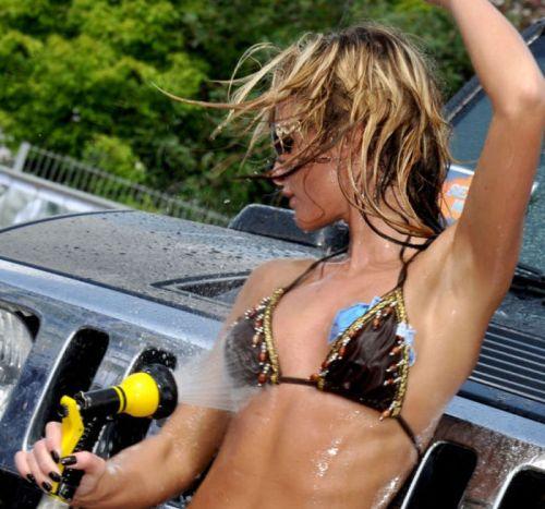 【画像】外国人が水着姿で洗車している姿がセクシー過ぎるwww 45枚 No.6