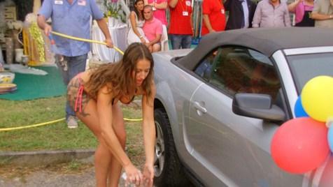 【画像】外国人が水着姿で洗車している姿がセクシー過ぎるwww 45枚 No.9