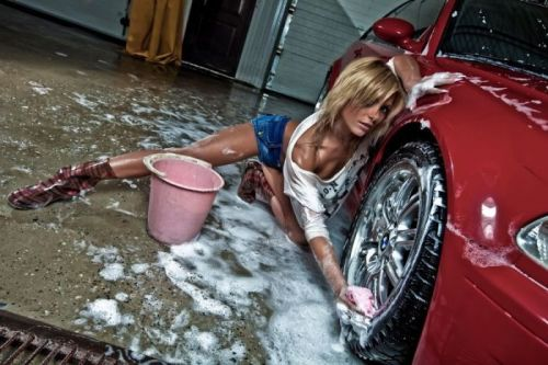 【画像】外国人が水着姿で洗車している姿がセクシー過ぎるwww 45枚 No.15