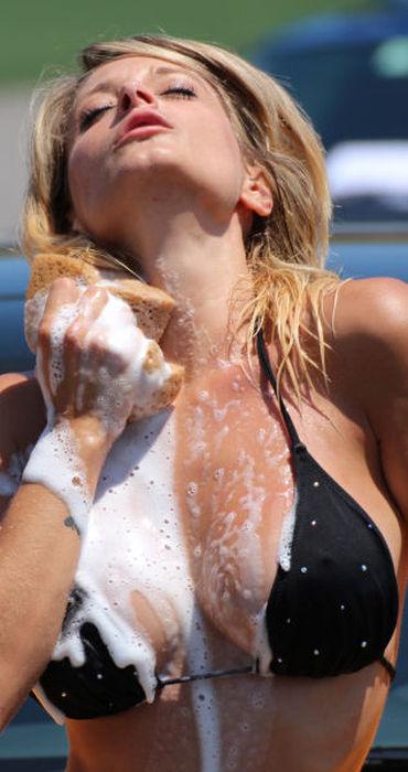 【画像】外国人が水着姿で洗車している姿がセクシー過ぎるwww 45枚 No.20