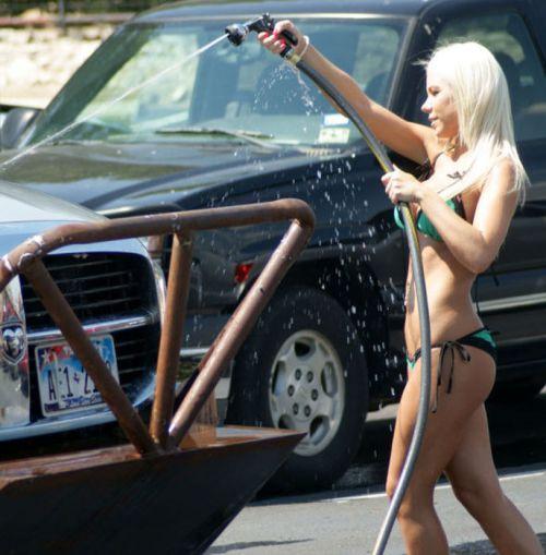 【画像】外国人が水着姿で洗車している姿がセクシー過ぎるwww 45枚 No.24