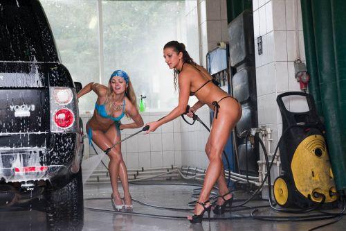 【画像】外国人が水着姿で洗車している姿がセクシー過ぎるwww 45枚 No.25