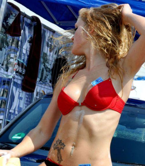 【画像】外国人が水着姿で洗車している姿がセクシー過ぎるwww 45枚 No.35