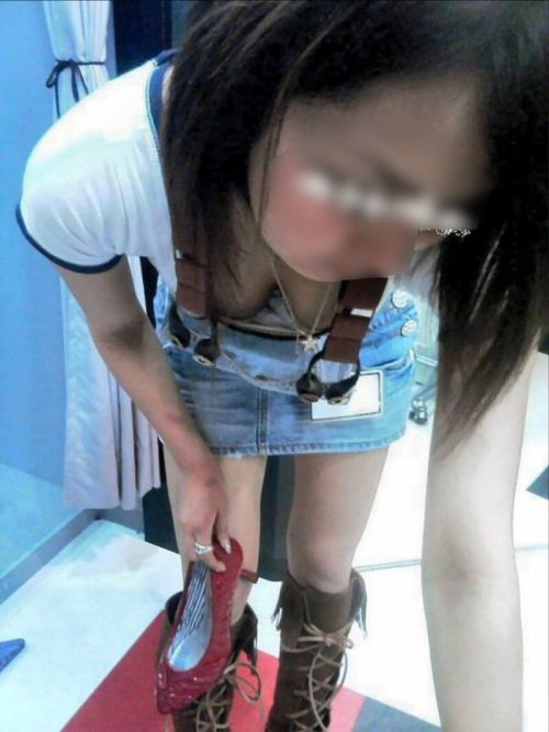 【胸チラ画像】巨乳なショップ店員さんの胸の谷間がエロ過ぎて即買いしちゃうわwww 37枚 No.12