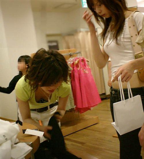 【胸チラ画像】巨乳なショップ店員さんの胸の谷間がエロ過ぎて即買いしちゃうわwww 37枚 No.25