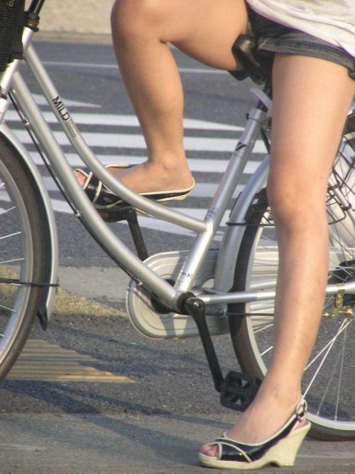 100%パンチラ!デニムミニスカで自転車に乗るギャルのエロ画像 37枚 No.2