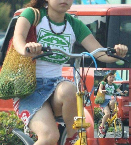 100%パンチラ!デニムミニスカで自転車に乗るギャルのエロ画像 37枚 No.3