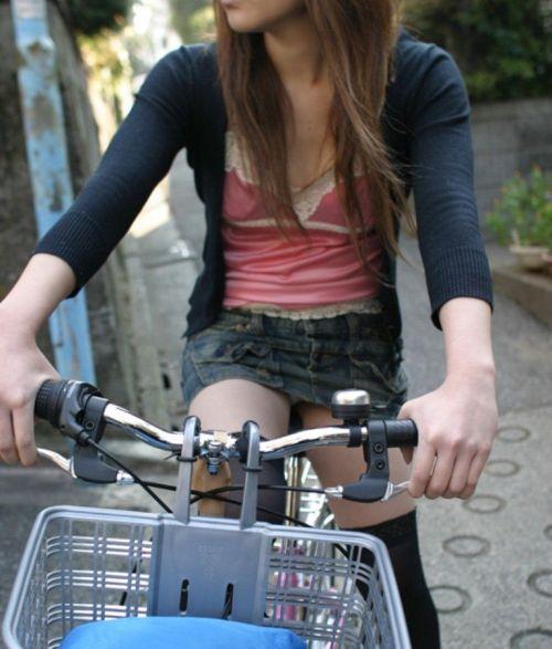 100%パンチラ!デニムミニスカで自転車に乗るギャルのエロ画像 37枚 No.4