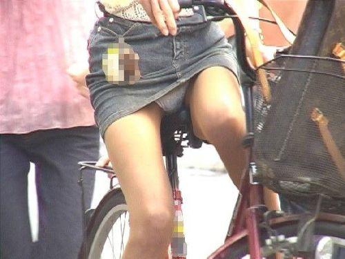 100%パンチラ!デニムミニスカで自転車に乗るギャルのエロ画像 37枚 No.7