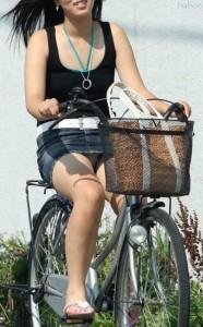 100%パンチラ!デニムミニスカで自転車に乗るギャルのエロ画像 37枚 No.9