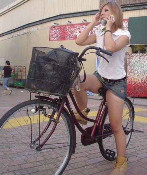 100%パンチラ!デニムミニスカで自転車に乗るギャルのエロ画像 37枚 No.10