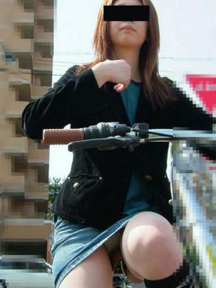 100%パンチラ!デニムミニスカで自転車に乗るギャルのエロ画像 37枚 No.12