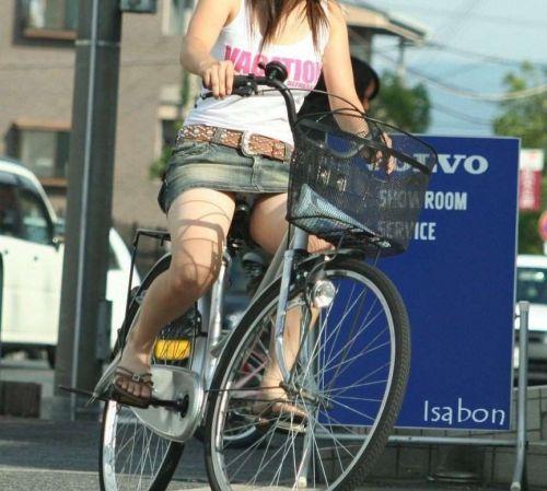 100%パンチラ!デニムミニスカで自転車に乗るギャルのエロ画像 37枚 No.15