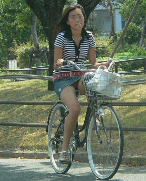100%パンチラ!デニムミニスカで自転車に乗るギャルのエロ画像 37枚 No.24