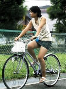100%パンチラ!デニムミニスカで自転車に乗るギャルのエロ画像 37枚 No.31
