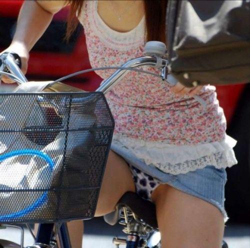 100%パンチラ!デニムミニスカで自転車に乗るギャルのエロ画像 37枚 No.36