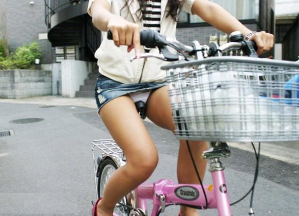 100%パンツ丸見え☆デニムミニスカで自転車に乗るGALのえろ写真 37枚