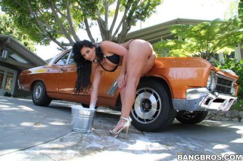 【画像】洗車サービスをするビキニ外国人のデカ尻が抜けるwww 40枚 No.3