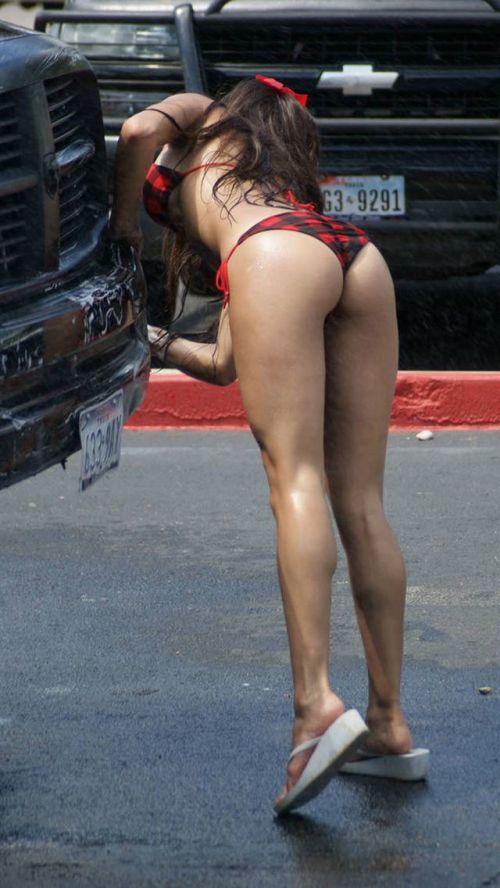【画像】洗車サービスをするビキニ外国人のデカ尻が抜けるwww 40枚 No.11