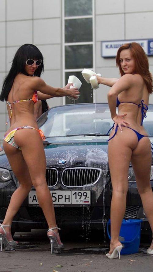 【画像】洗車サービスをするビキニ外国人のデカ尻が抜けるwww 40枚 No.29