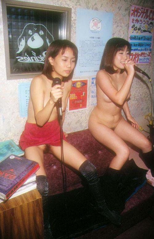 カラオケでテンション上がって脱いじゃう素人女性達のエロ画像 39枚 No.18