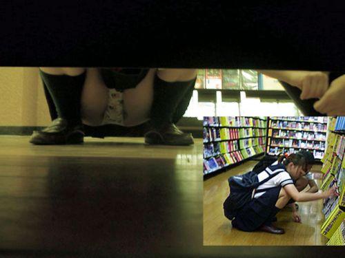 【画像】ビデオ店で制服を着たJKの棚下パンチラがエロ過ぎたwww 34枚 No.1