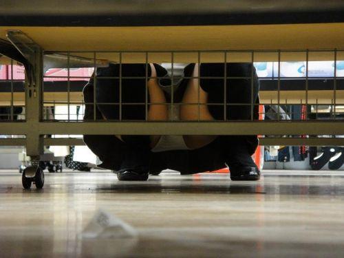 【画像】ビデオ店で制服を着たJKの棚下パンチラがエロ過ぎたwww 34枚 No.3