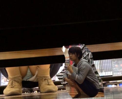 【画像】ビデオ店で制服を着たJKの棚下パンチラがエロ過ぎたwww 34枚 No.4