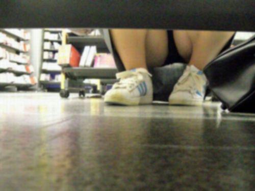 【画像】ビデオ店で制服を着たJKの棚下パンチラがエロ過ぎたwww 34枚 No.9