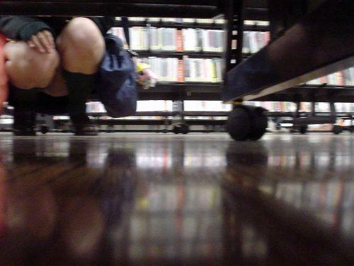 【画像】ビデオ店で制服を着たJKの棚下パンチラがエロ過ぎたwww 34枚 No.19