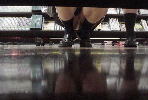 【画像】ビデオ店で制服を着たJKの棚下パンチラがエロ過ぎたwww 34枚 No.20