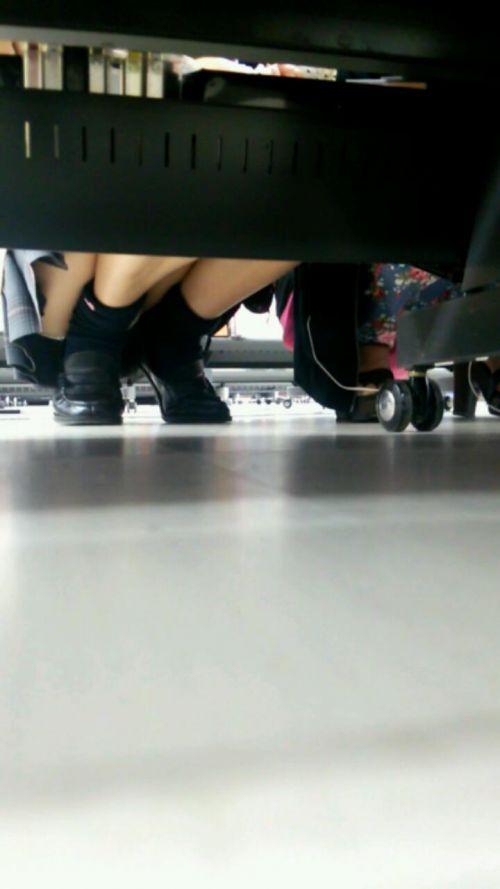 【画像】ビデオ店で制服を着たJKの棚下パンチラがエロ過ぎたwww 34枚 No.25
