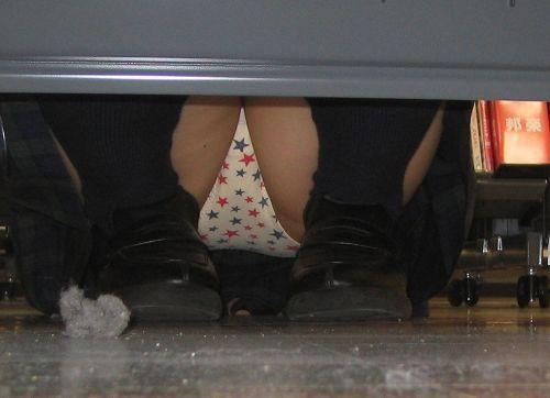 【画像】ビデオ店で制服を着たJKの棚下パンチラがエロ過ぎたwww 34枚 No.28