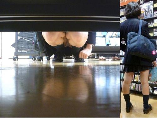 【画像】ビデオ店で制服を着たJKの棚下パンチラがエロ過ぎたwww 34枚 No.30