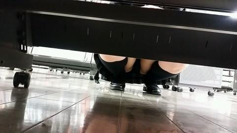 【画像】ビデオ店で制服を着たJKの棚下パンチラがエロ過ぎたwww 34枚 No.31